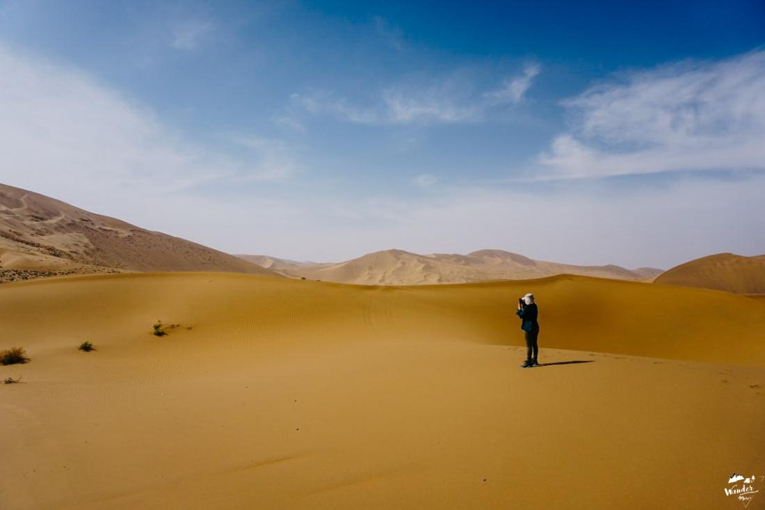 เที่ยวคนเดียว ถ่ายภาพ ถ่ายรูปตัวเอง เทรคกิ้ง ผจญภัย ทะเลทราย จีน badain jaran